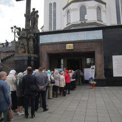 «Молиться и просить»: порядка 9 000 верующих посетили десницу святителя Спиридона в первый день пребывания святыни в Екатеринбурге