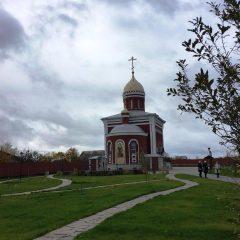 «Мы обязаны рассказывать людям о подлинной истории нашей страны»: митрополит Кирилл посетил музей «Напольная школа» в Алапаевске