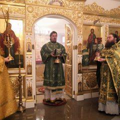 Преосвященный Алексий совершил литургию в день памяти праведного Иоанна Кронштадского