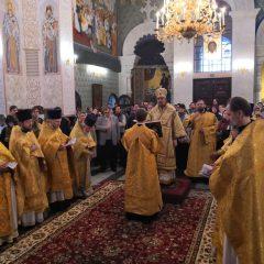 Преосвященный Алексий совершил Литургию в Храме-на-Крови