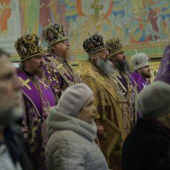 Сонм архиереев совершил Божественную литургию в Свято-Троицком кафедральном соборе