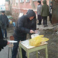Добровольцы отдела Социального служения епархии кормят бездомных и малоимущих серовчан