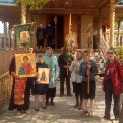 Прихожане поселка Гари крестным ходом встретили мощи целителя Пантелеимона