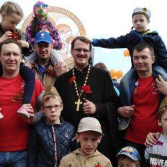 Активисты молодёжного отдела Серовской епархии приняли участие в торжественном шествии в честь Дня Победы