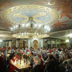 Преосвященные архиереи совершили малую вечерню с акафистом Царственным страстотерпцам в Храме на Крови
