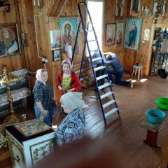Совместными усилиями благоукрашается храм в Сосьве