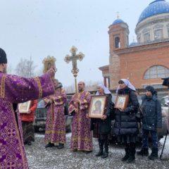 «Это особое прошение к Богу, чтобы Он помог пережить испытание»: в Екатеринбурге прошел автомобильный крестный ход в защиту «от смертоносной заразы»