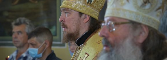 В праздник святых апостолов Петра и Павла митрополит Кирилл, епископ Алексий и епископ Леонид совершили Божественную литургию в Черноисточинске