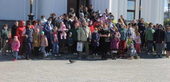 «Они делают большое дело». Серовская епархия вручила многодетным и нуждающимся семьям школьные наборы