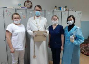 В Святочные дни священники Преображенского Собора навестили пациентов стационаров