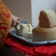 Суббота Светлой седмицы: раздробление артоса и раздача его верующим